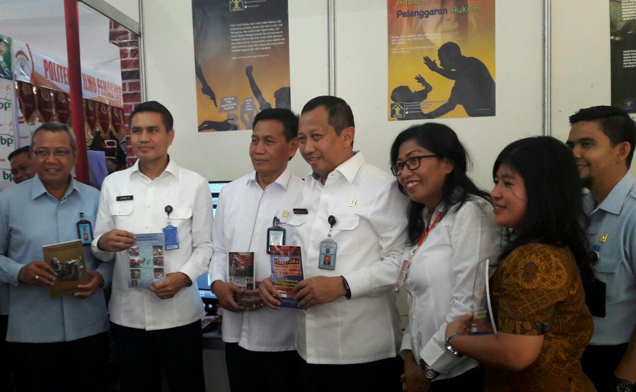 Stand Badan Penelitian dan Pengembangan Hukum dan HAM Memeriahkan Acara Legal Expo 2016 Kementerian Hukum dan HAM